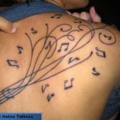 Tatuajes pequeños de notas musicales